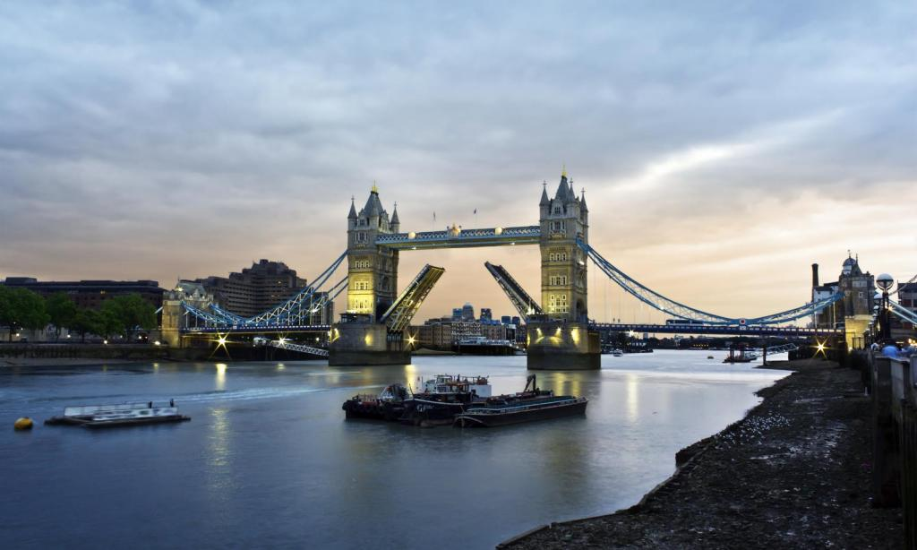 Die Tower Bridge in London am Abend