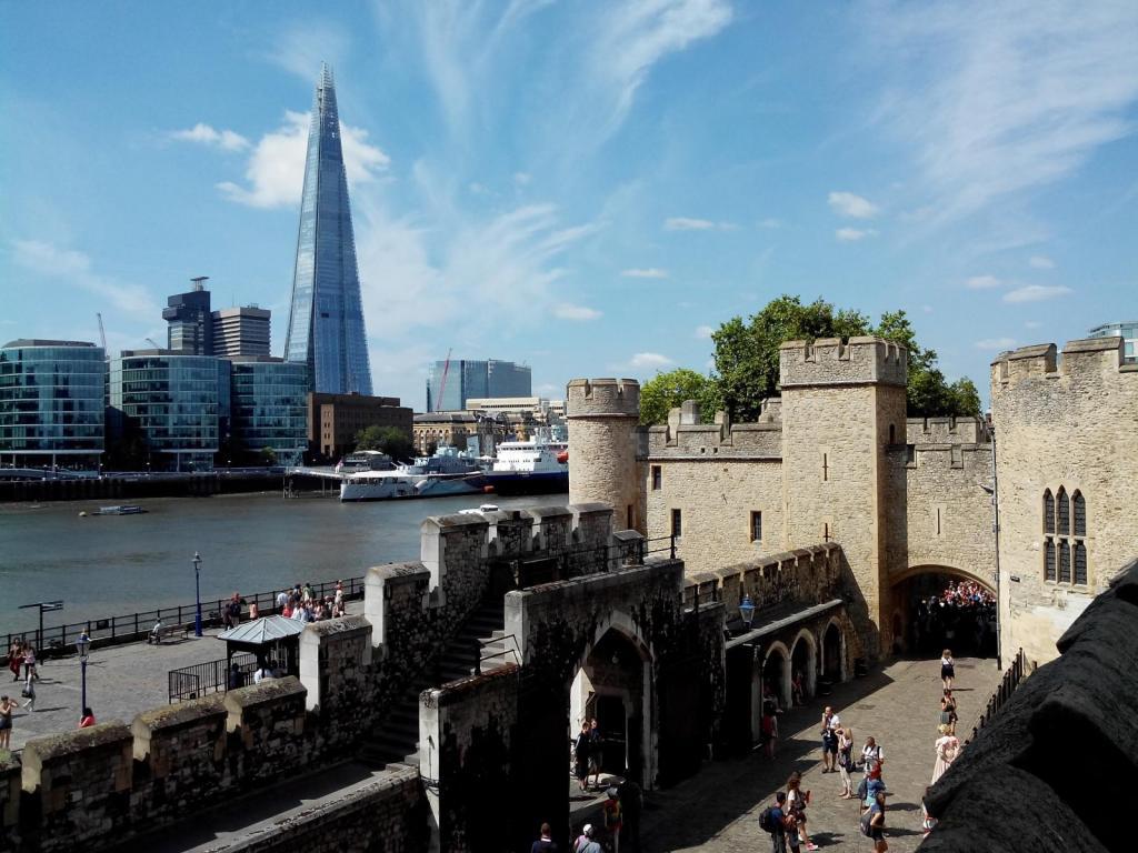 London im Sonnenschein mit Blick auf The Shard
