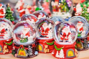 Weihnachtsmärkte in London verkaufen Schneekugeln