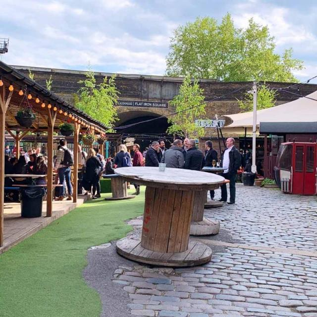 Flat Iron Square – Streetfood & Drinks im Gleisbett