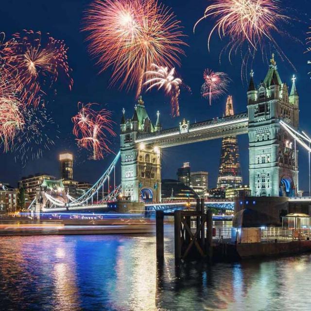 Feuerwerksspektakel: Bootsfahrt auf der Themse an Silvester in London